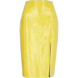 Jupe crayon en vinyle jaune fendue devant