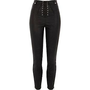 Zwarte skinny broek van imitatieleer met vetersluiting