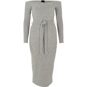 Lichtgrijze midi-jurk met bardothalslijn en strikceintuur