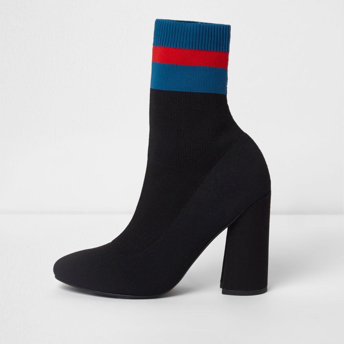 Schwarze, gestrickte Stiefel mit Blockstreifen