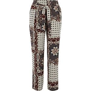 Pantalon fuselé à imprimé foulard gris noué à la taille