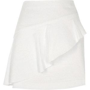 Weißer, asymmetrischer Minirock mit Rüschen