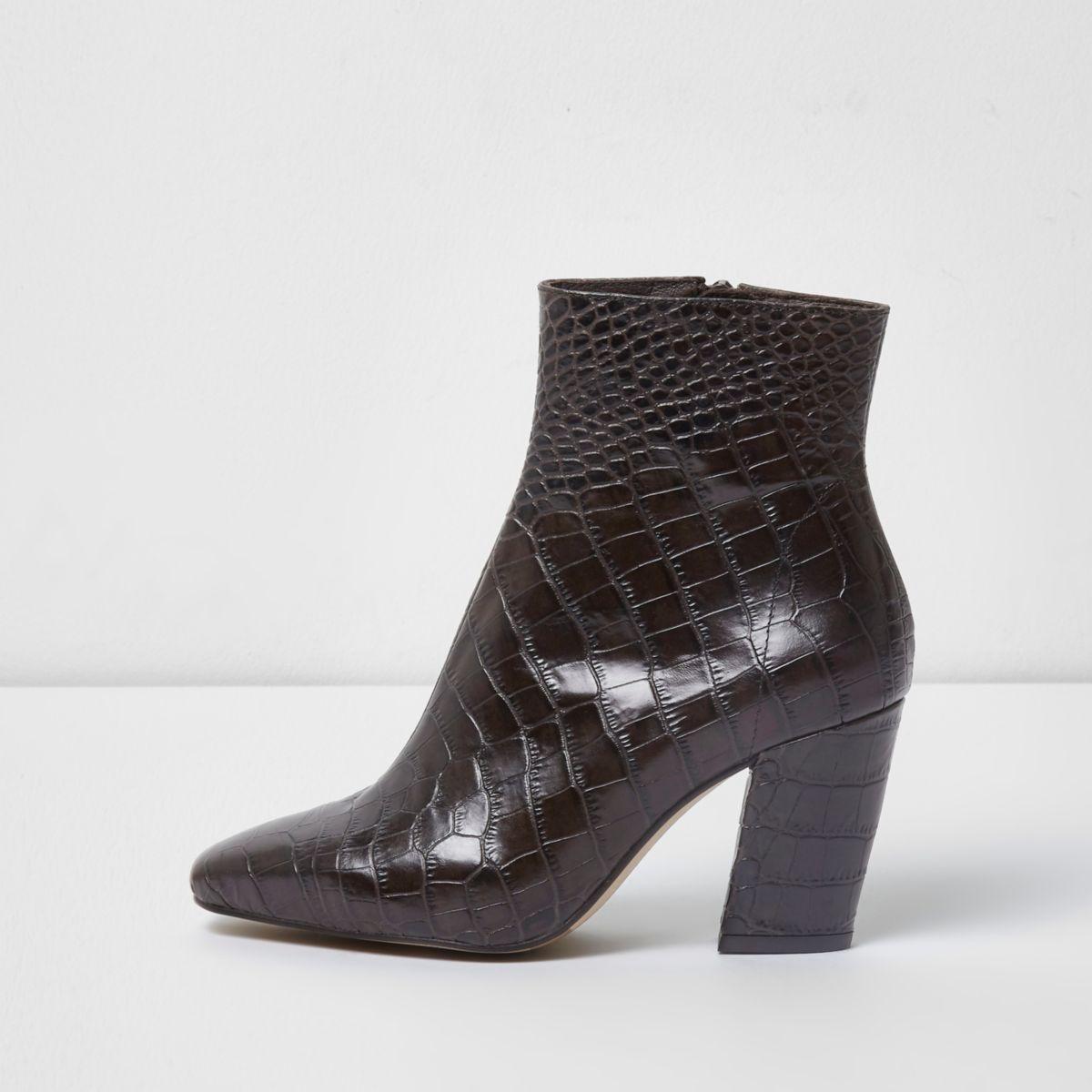Donkerbruine leren laarzen met krokodillenprint en blokhak