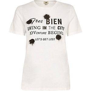 Wit T-shirt met 'Tres bien'-print en pompons