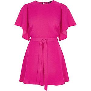 Roze playsuit met korte wijduitlopende mouwen en strikceintuur