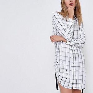 Robe chemise à carreaux blanche froncée sur le côté