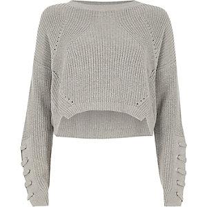 Grauer, kurzer Pullover zum Schnüren