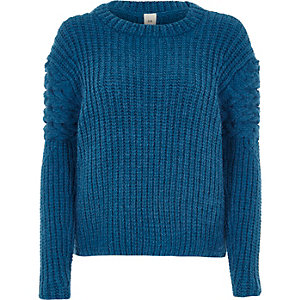 Blauwe gebreide pullover met kabelmotief op de schouders
