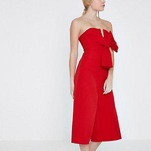 RI Petite - Rode jumpsuit met broekrok, bandeau en strik voor