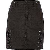 Mini-jupe noire enduite à laçage
