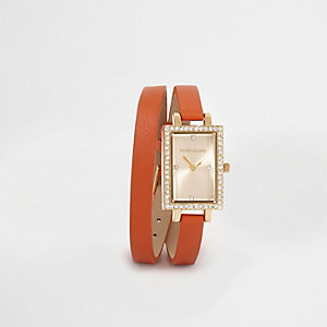 Oranje horloge met dubbel omslagbandje en rechthoekige wijzerplaat