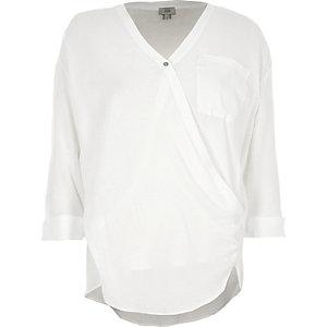Weiße Bluse mit V-Ausschnitt und Wickeldesign