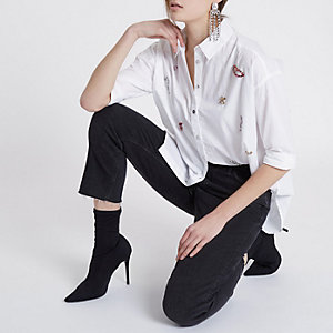 Chemise blanche ornée de pierres fantaisie sur le devant