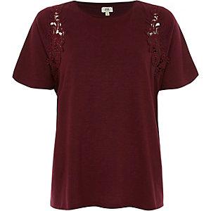 T-shirt rouge foncé avec motif appliqué en dentelle