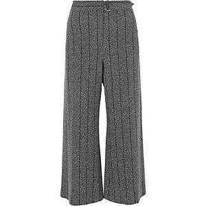 Jupe-culotte à rayures et chevrons gris ceinturée