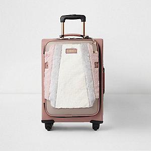 Beige koffer met imitatiebont voor en vier wielen