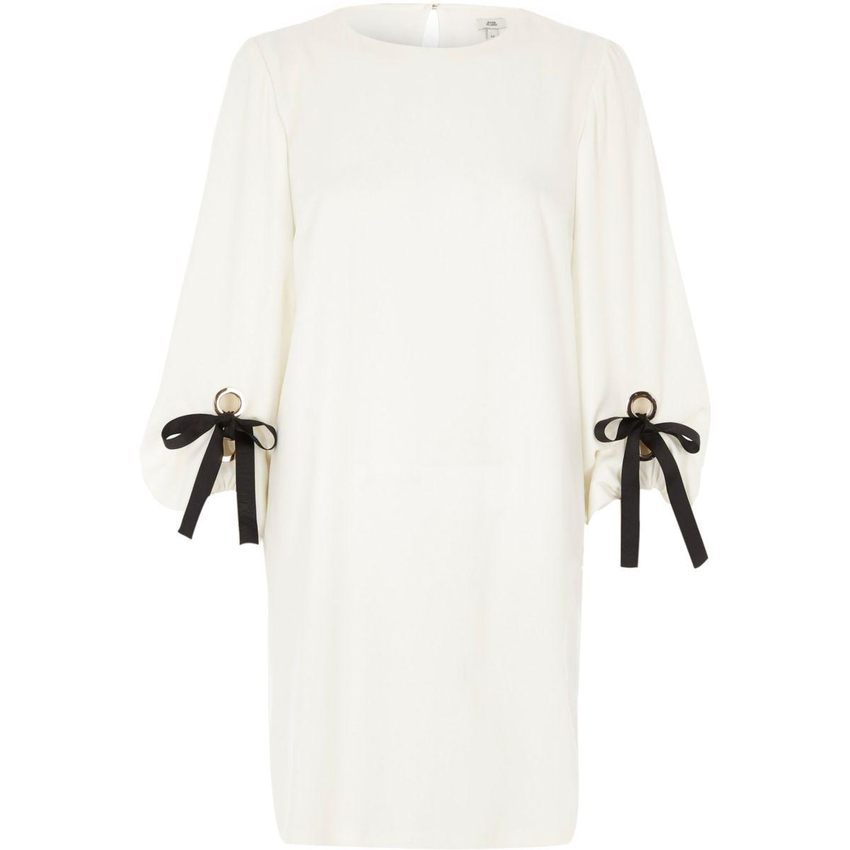 Weißes Swing-Kleid mit geschnürten Ballonärmeln