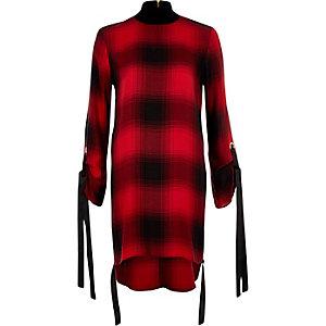 Robe trapèze à carreaux rouge et à col montant