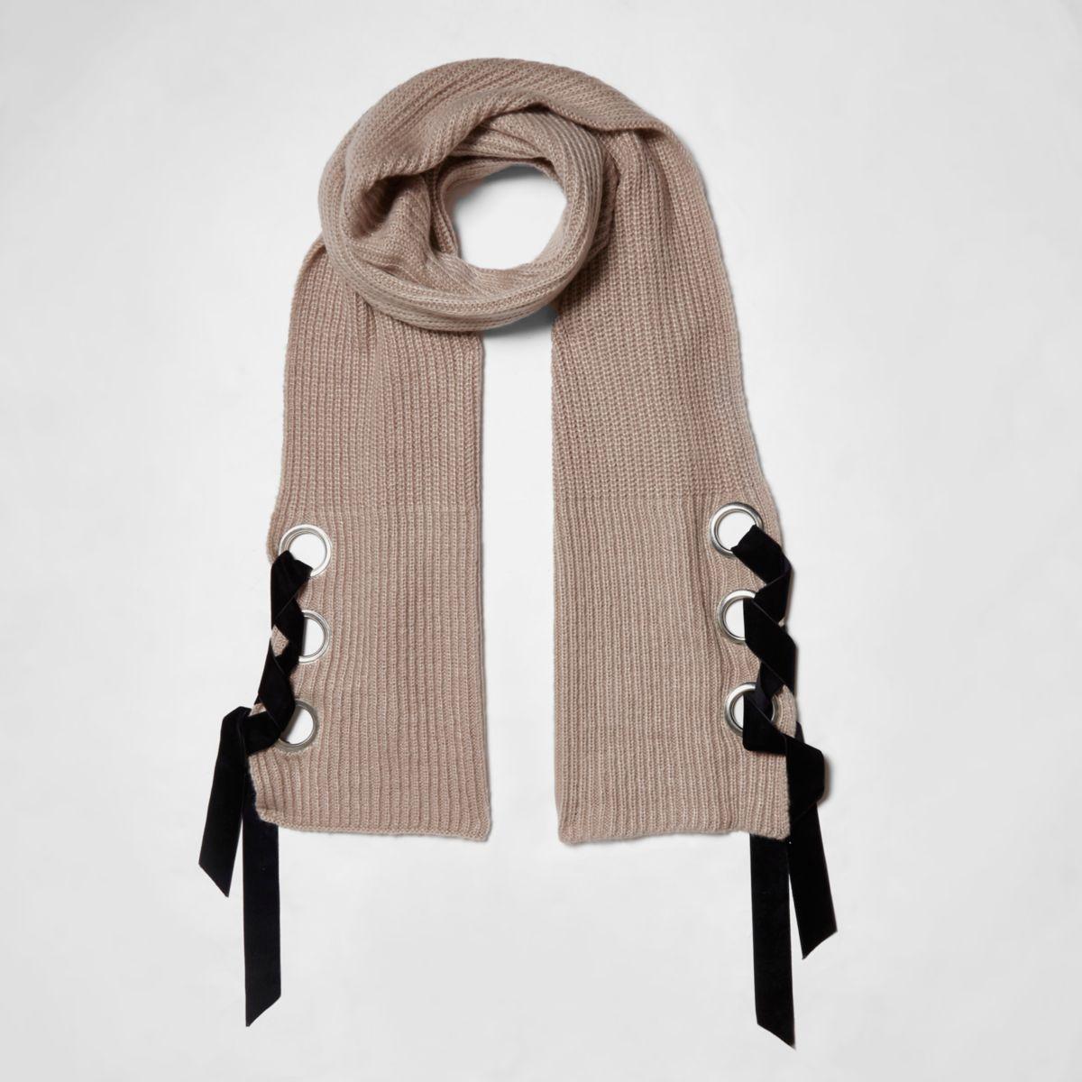 Beige geribbelde sjaal met oogjes en linten