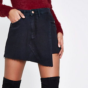 Jupe-short portefeuille en jean noire à ourlet effiloché