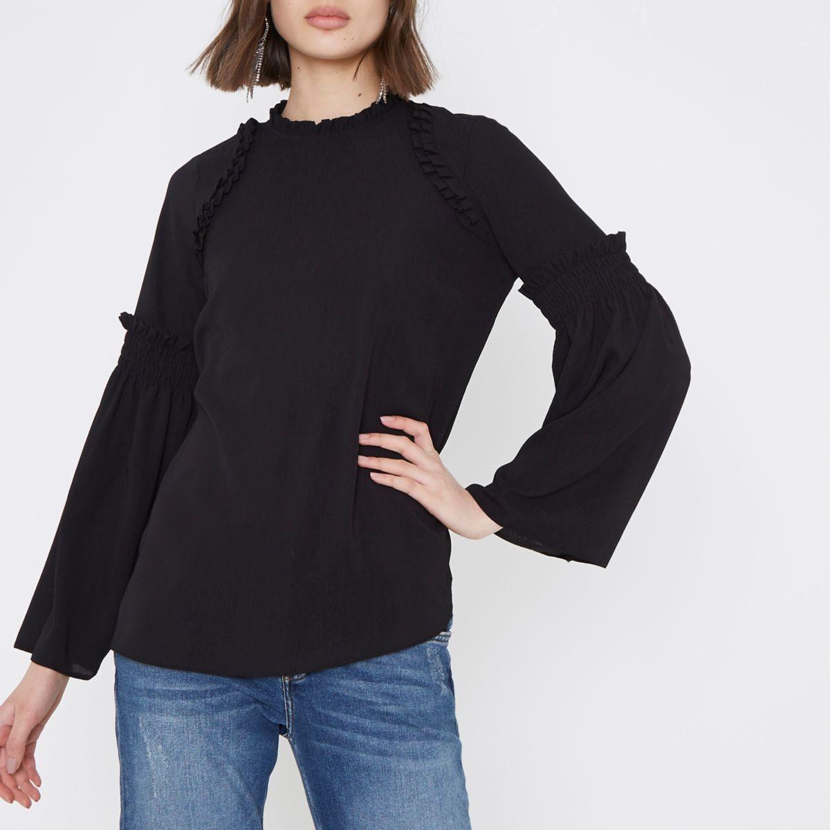 Schwarze, hochgeschlossene Bluse mit Glockenärmeln und Rüschen