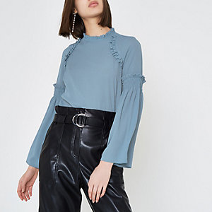 Blauwe gesmokte blouse met wijduitlopende mouwen en ruches