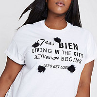 """Plus – Weißes T-Shirt """"Tres Bien"""" mit Pompons"""