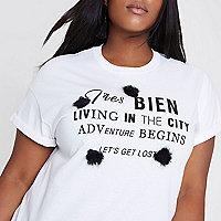 T-shirt grande taille « très bien » blanc à pompons