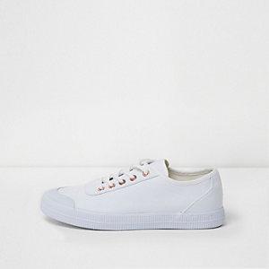 Weiße Leinen-Sneaker mit Schnürung