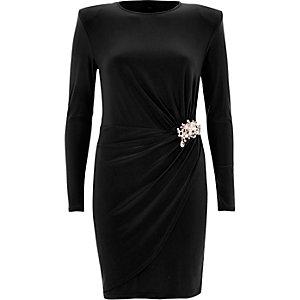 Robe moulante portefeuille noire avec broche à perles