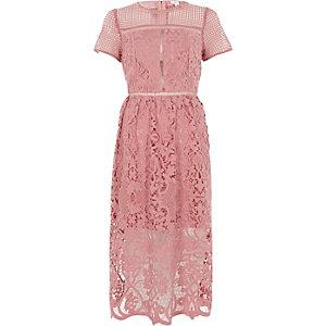 Robe mi-longue en dentelle fleurie rose taille ajustée