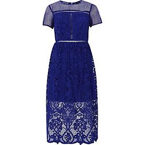 Robe mi-longue en dentelle fleurie bleu vif taille ajustée