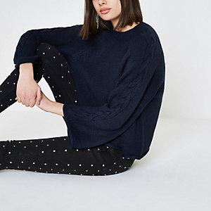 Marineblauer Pullover mit weiten Ärmeln und Zopfstrickmuster
