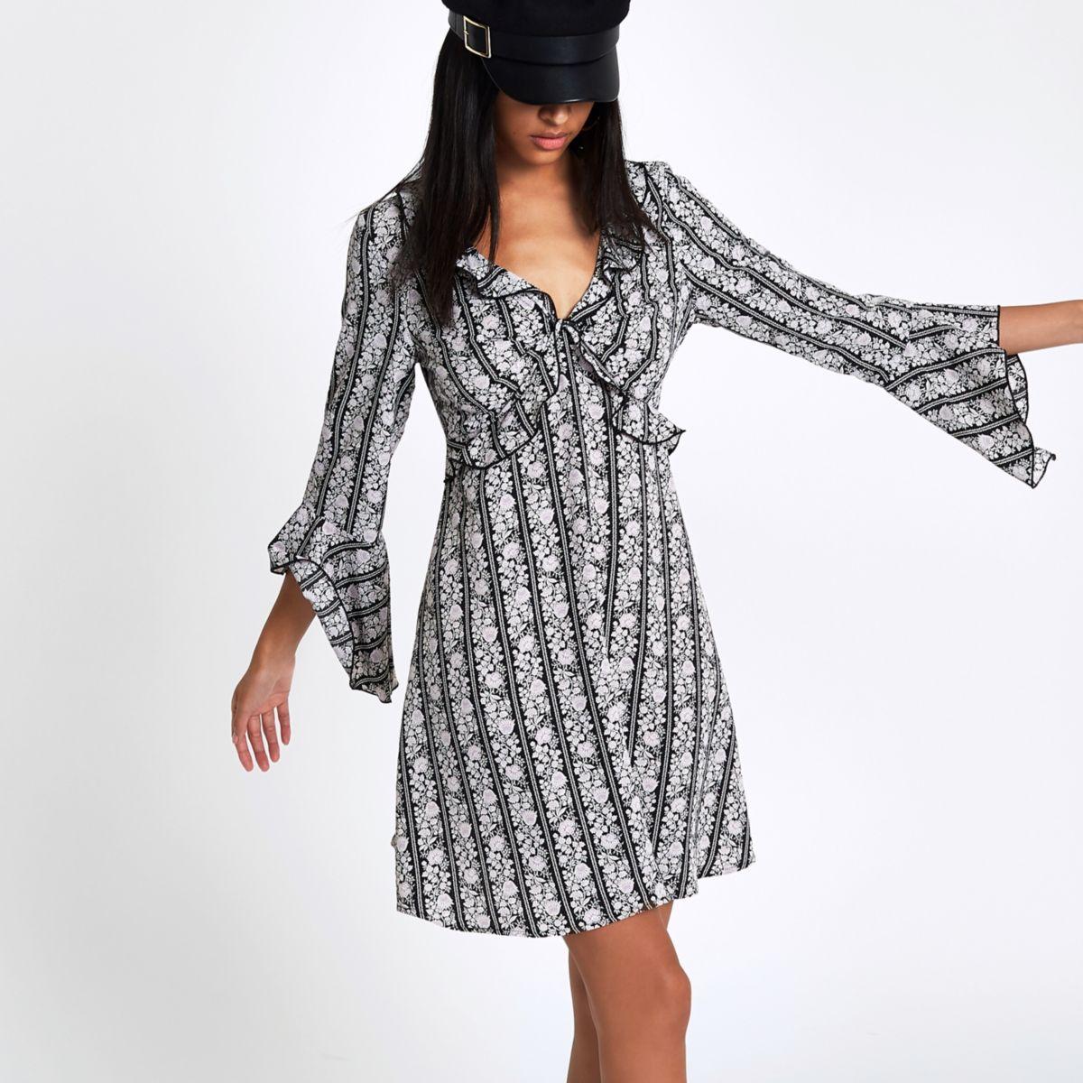 Zwarte jurk met bloemenprint, ruches voor en uitsnede op de rug