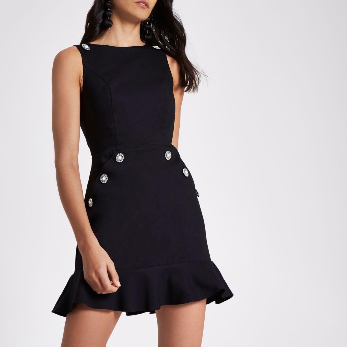 Schwarzes Kleid mit Rüschensaum und Brosche
