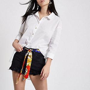 Shorts en denim noir à ourlet à volants et ceinture type foulard
