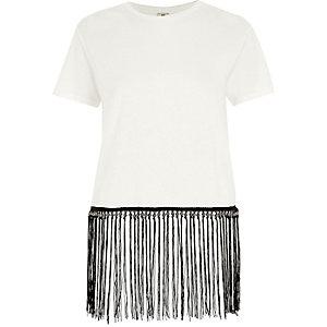 T-shirt blanc à frange contrastante à l'ourlet