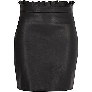 Mini-jupe en cuir synthétique noire à taille froncée