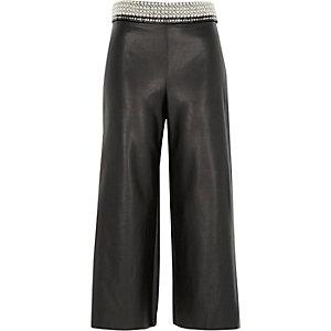 Jupe-culotte en cuir synthétique noire ornée à la taille