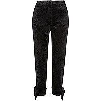 Zwarte smaltoelopende broek met strik van gekreukt fluweel