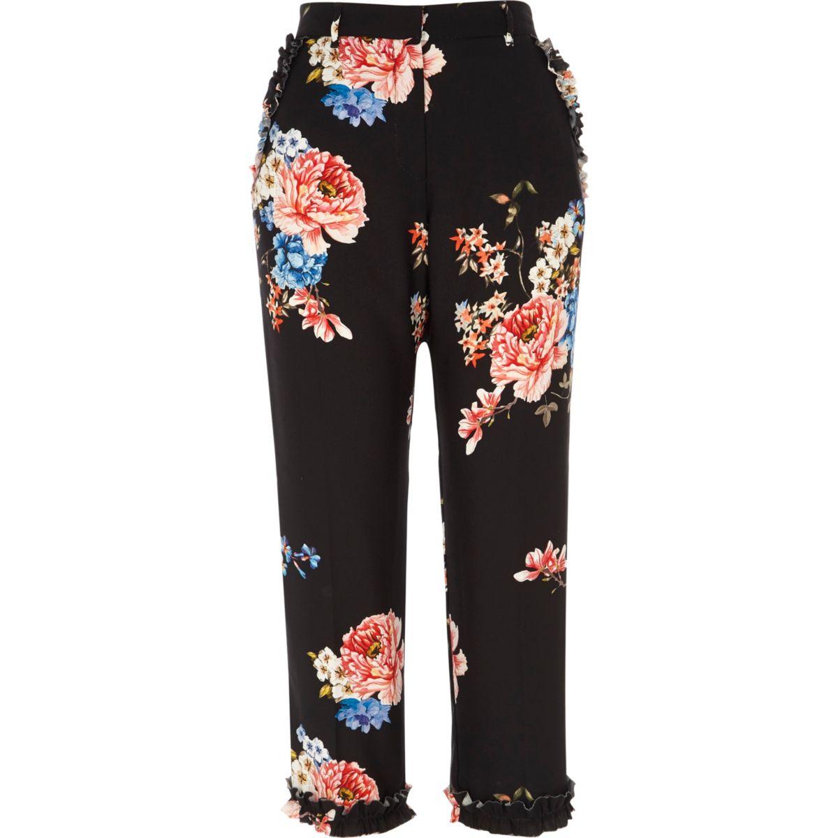 Schwarze, kurz geschnittene Hose mit Blumenmuster und Rüschen