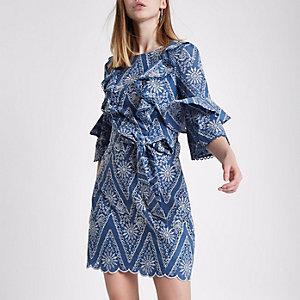 Robe bleu clair à volants et broderie nouée à la taille