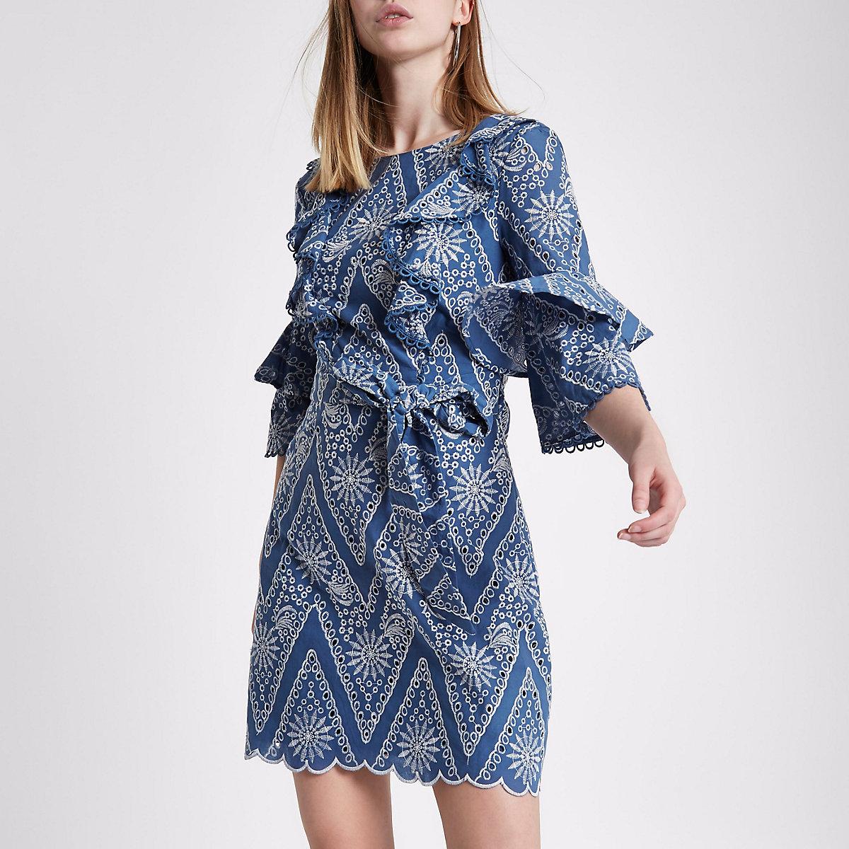 569f777550c4 Hellblaues Kleid mit Lochstickerei Hellblaues Kleid mit Lochstickerei ...