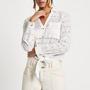 Chemise blanche à broderies et ourlet noué