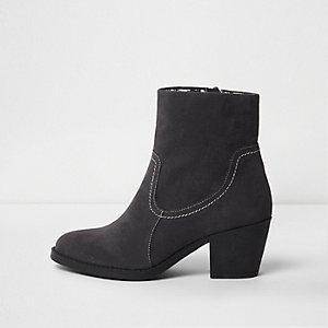 Graue Chelsea-Stiefel mit Blockabsatz