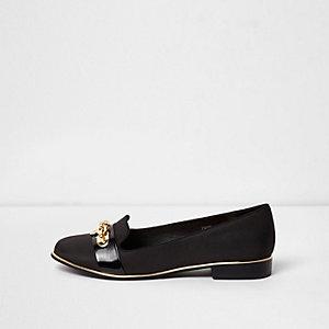 Chaussures noires à enfiler avec chaîne sur le devant