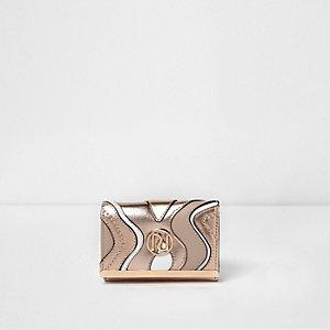Roségoudkleurige metallic mini portemonnee met uitsnedes en wervelend motief