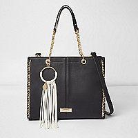 Zwarte handtas met franje, cirkel en ketting aan de rand