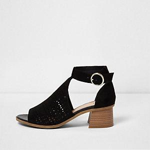 Chaussures noires à talons carrés évasés et découpes laser
