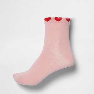 Socken in Hellrosa mit Herzverzierung